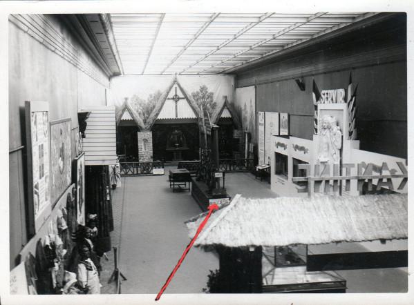 DEUXIEME SALLE : Vue générale de la seconde salle d'exposition. Le panneau indiqué par la flèche, donne la marche à suivre pour l'évacuation de l'exposition en cas d'alerte.