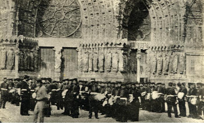 pendant la guerre une revue de linge par les Hussards devant la cathédrale en 1871